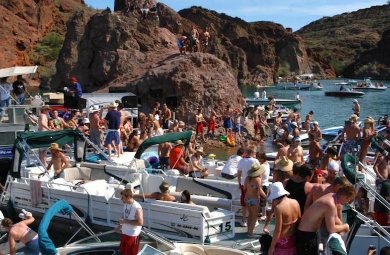 Travel in your 20s to Lake Havasu, Arizona